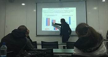 """La Dra. Elisa Ansoleaga en el Simposio: """"Dimensiones organizacionales de la violencia en el trabajo en Chile""""."""