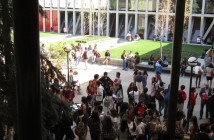 Alumnos y profesores en patio central Facultad