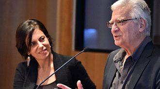 Dr. Andras Uthoff junto a la Directora de la Escuela de Psicología, Elisa Ansoleaga