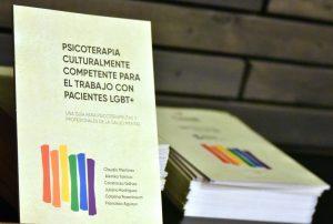 """La guía """"Psicoterapia Culturalmente Competente para el Trabajo con Pacientes LGBT"""" será distribuida en centros de salud del país."""